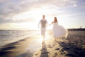 couple-court-plage-amour-soleil-photographie-photographe-mariage-trash-the-dress-saintes-marie-de-la-mer