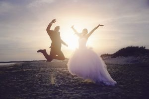 maries-sautent-plage-photo-vif-amour-mariage-trash-the-dress-soleil-magnifique-video-mer-sable