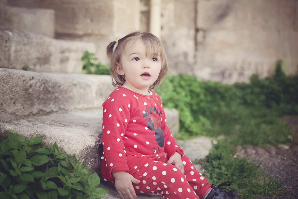 photo-enfant-fille-adorable-arles-france-provence-fidis-photographe-specialise-enfant