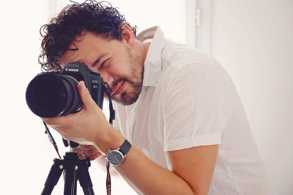 film-video-photo-mikael-pro-photographe-arles-alpilles-fidis-autoportrait-soleil-exterieur-mouries-saint-martin-de-crau-mariage-video-camargue